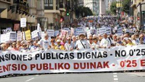 GRAF8053 BILBAO 20 08 2018 - Miles de jubilados y pensionistas vizcainos durante el recorrido de la gran manifestacion intergeneracional en defensa de pensiones publicas dignas coincidiendo con las fiestas de Bilbao EFE Luis Tejido
